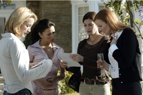 """I know what you did, it makes me sick! Left to right: Felicity Huffman as Lynette Scavo, Eva Longoria as Gabrielle Solis, Teri Hatcher als Susan Mayer, Marcia cross as Bree van de Kamp in the Pilot of """"Desperate Housewives"""" ©ABC Productions"""