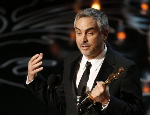 "Alfonso Cuarón accepts the Oscar for best director for ""Gravity"" at the 86th Academy Awards in Hollywood, California March 2, 2014. REUTERS/Lucy Nicholson"