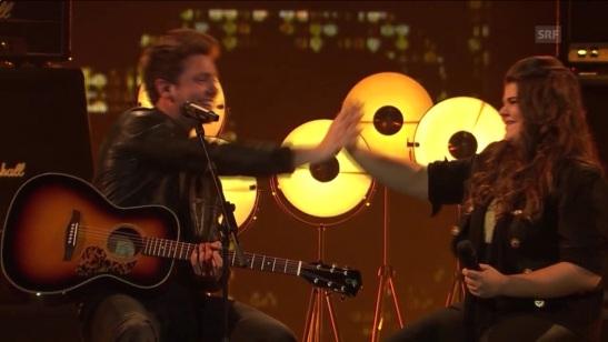 """High Five für die Siegerin von The Voice of Switzerland von Bastian Baker nach dem Duett seines Songs """"Follow The Wind"""" © Screenshot SRF via youtube"""